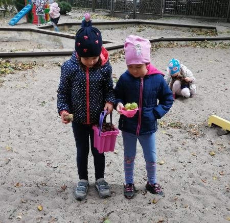 Gr. 3. - Jesień zawitała do przedszkolnego ogródka.